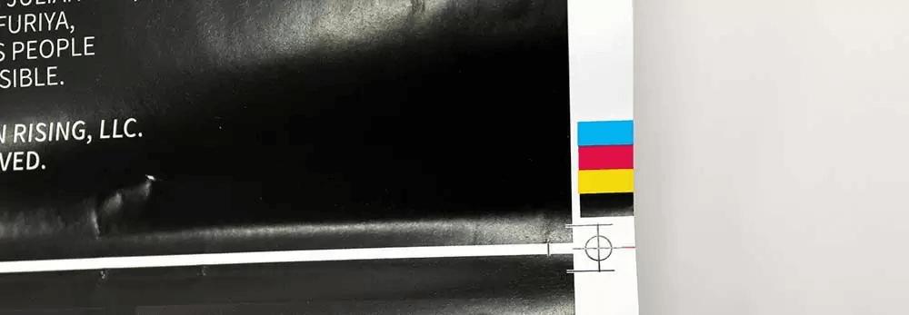 套色印刷中常用的对齐标记(registration mark),在 PDF 中放置在裁切框和媒体框之间的留白上(来源:PrintNinja)